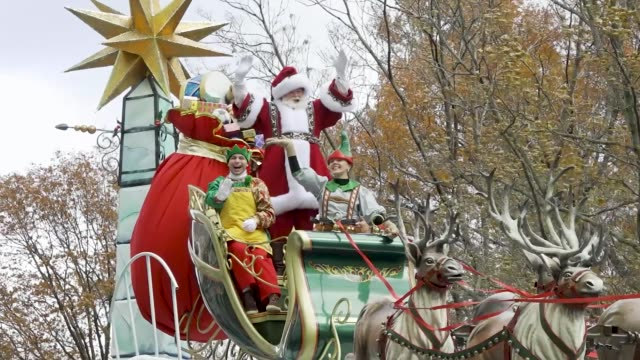 santa claus float. 93rd macy's thanksgiving day parade in new york city via the upper west side of manhattan on thursday november 28, 2019. - フロート車点の映像素材/bロール
