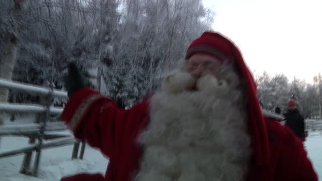 vídeos de stock e filmes b-roll de santa claus in his land of rovaniemi with his reindeers shot on november 2010 - mamífero ungulado