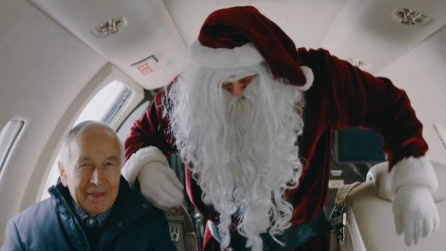 vídeos y material grabado en eventos de stock de santa claus en avión jet privado - capitán