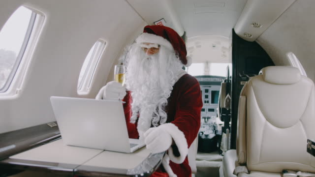 santa claus in private jet airplane - barba peluria del viso video stock e b–roll