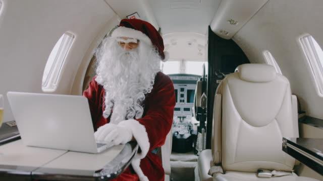 vidéos et rushes de père noël en avion jet privé - seniornaute