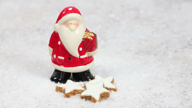 hd santa claus in the snow (loopable) - textfreiraum stock videos & royalty-free footage