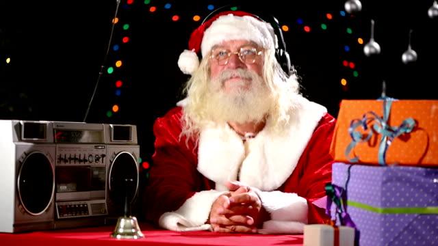 Weihnachtsmann hört Musik