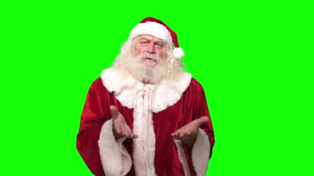 stockvideo's en b-roll-footage met kerstman kijkend naar camera ongelukkig voor chroma key groen schermachtergrond - kerstman