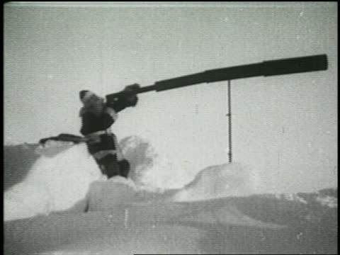 vidéos et rushes de b/w 1925 santa claus looking through enormous telescope - 1925