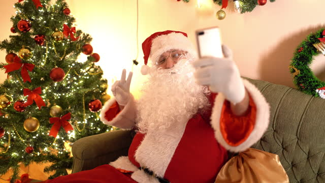 stockvideo's en b-roll-footage met santa claus making selfie - hoofddeksel