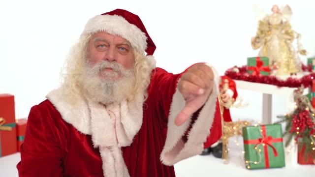 jultomten gör tummen ner gest på julen set - nordpolen bildbanksvideor och videomaterial från bakom kulisserna