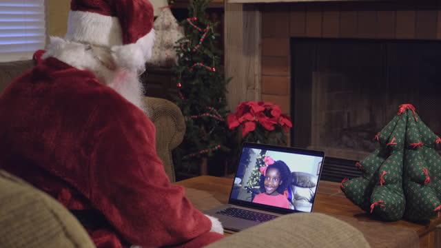 vídeos de stock e filmes b-roll de santa claus on a video conference call - papai noel