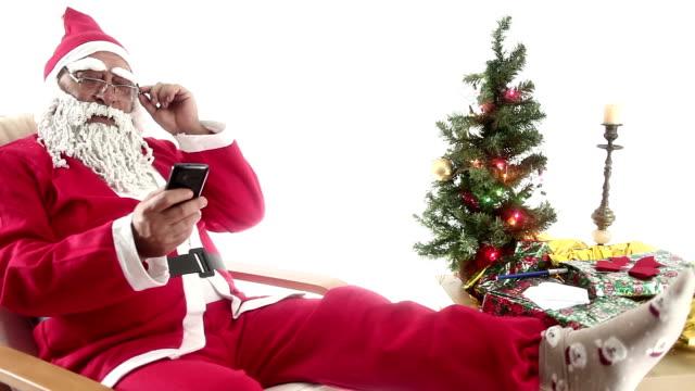 vídeos de stock, filmes e b-roll de hd: papai noel & telefone & falando & alegre - só um homem idoso