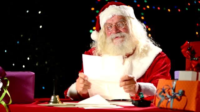 vídeos de stock e filmes b-roll de santa claus ler letras - papai noel