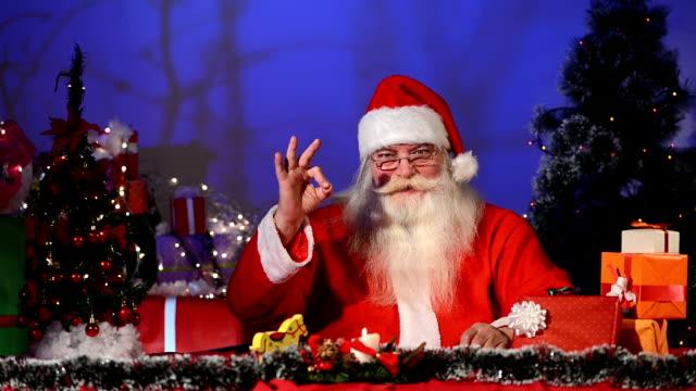 Santa Claus mit thumbs up und ok-Zeichen