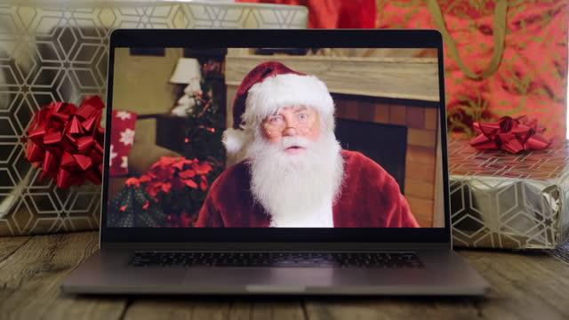 vídeos de stock e filmes b-roll de santa claus talking on a computer screen - papai noel