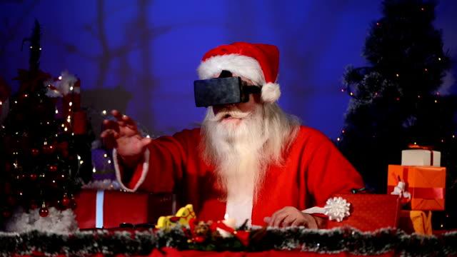 Kerstman met behulp van een virtuele realiteit-headet