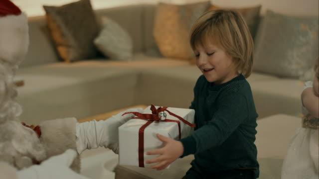 Santa clausola mette regali per bambini
