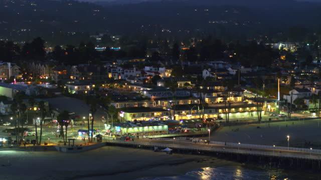 santa cruz at night - aerial shot - カリフォルニア州サンタクルーズ点の映像素材/bロール