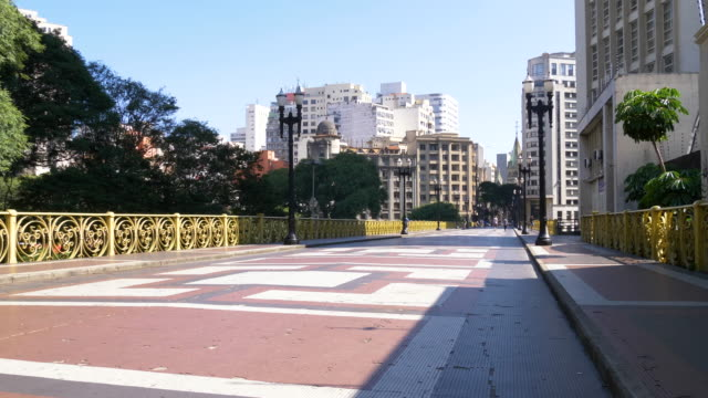 vídeos de stock, filmes e b-roll de viaduto santa efigênia vazio em dia ensolarado, são paulo, brasil - avenida