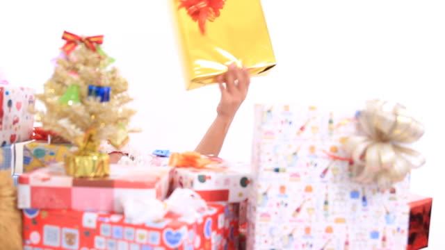 vidéos et rushes de santa girl danse avec boîte-cadeau et les ours en peluche - dancing bear
