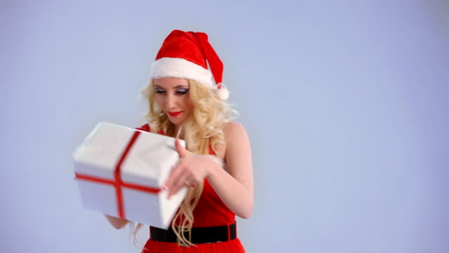 サンタ女性が、ギフト - 絵画モデル点の映像素材/bロール