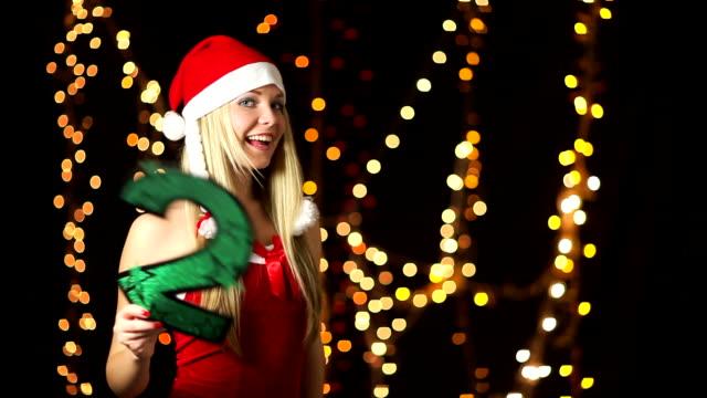vídeos de stock e filmes b-roll de santa helpers mostrar número de 2010 - chapéu do pai natal