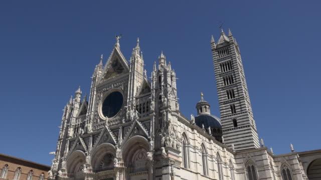 td / santa maria assunta cathedral on piazza del duomo - besichtigung stock-videos und b-roll-filmmaterial