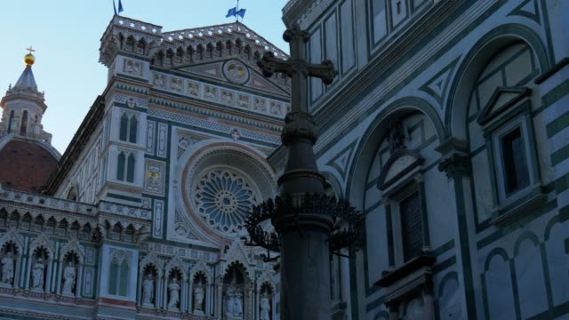 santa maria del fiore cathedral facade, in the morning light, florence, italy - monumento video stock e b–roll