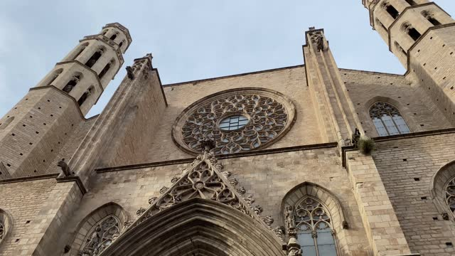 santa maria del mar (saint mary of the sea) is a church in the ribera district of barcelona, spain, built between 1329 and 1383 at the height of principality of catalonia's maritime and mercantile.  it is an outstanding example of catalan gothic - mar点の映像素材/bロール