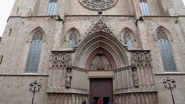 vidéos et rushes de santa maria del mar, view of main facade, barcelona, spain. - mar