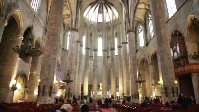 vidéos et rushes de santa maria del mar, view of the nave, barcelona, spain. - xiiième siècle