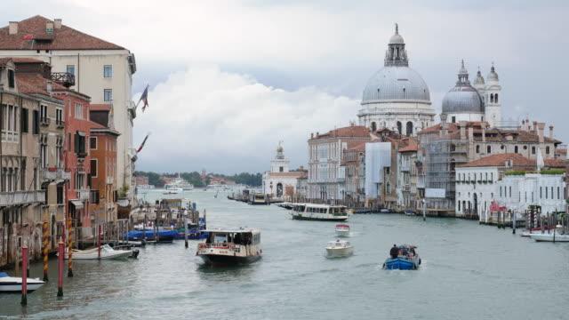 vídeos y material grabado en eventos de stock de santa maria della salute, vista del puente de la accademia , venecia italia - catedral