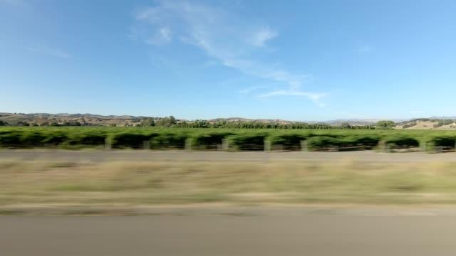 vídeos de stock, filmes e b-roll de estrada de santa maria xiii série sincronizada vista direita que conduz a placa do processo - ponto de vista de carro