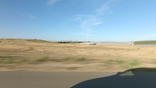 vídeos de stock, filmes e b-roll de rodovia santa maria xix série sincronizada vista direita placa de processo de condução - ponto de vista de carro