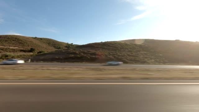 vídeos de stock, filmes e b-roll de estrada de santa maria xvii série sincronizada vista esquerda que conduz a placa do processo - ponto de vista de carro