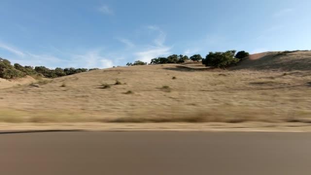 vídeos de stock, filmes e b-roll de santa maria xi série sincronizada vista esquerda placa de processo de condução - car point of view