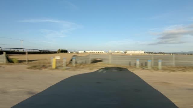 vídeos de stock, filmes e b-roll de santa maria xxix série sincronizada vista direita placa do processo de condução - ponto de vista de carro