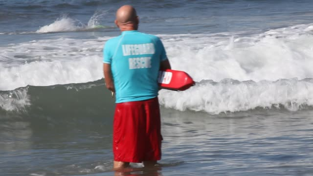 stockvideo's en b-roll-footage met lifeguards at the beach during the event ocean lifeguard candidate swim exam at the santa monica pier in santa monica california united states of... - badmeester
