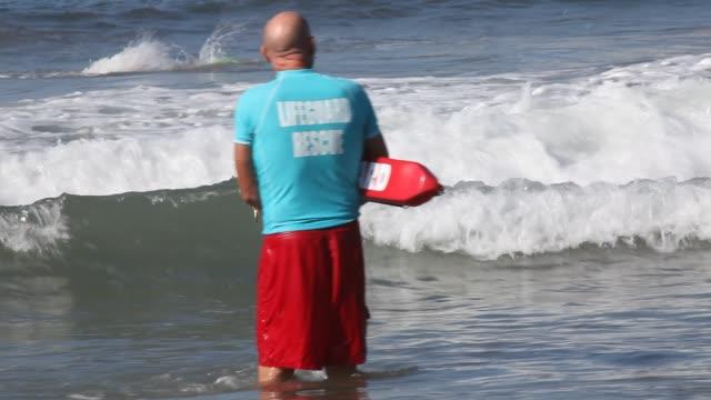 vídeos y material grabado en eventos de stock de santa monica, ca - 13 october, 2012: lifeguards at the beach during the event. ocean lifeguard candidate swim exam at the santa monica pier in santa... - vigilante
