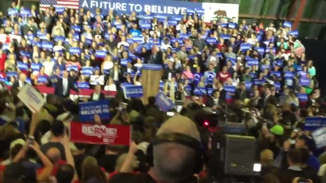 santa monica, ca footage of bernie sanders election night rally. includes snippet of election night speech, b-roll of fans and soundbites with... - 研磨器点の映像素材/bロール