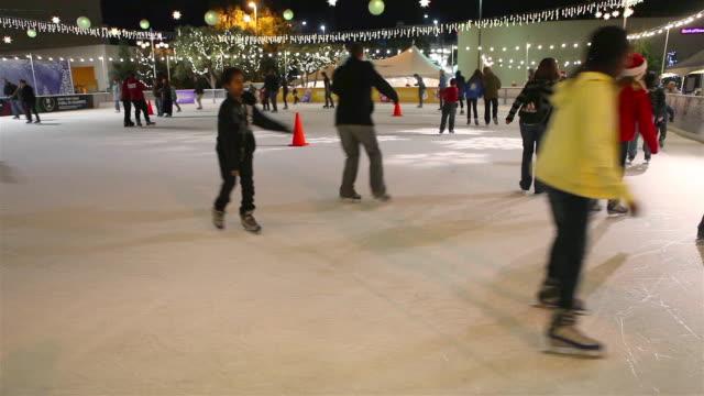 vídeos y material grabado en eventos de stock de santa monica ice skating - patinaje sobre hielo