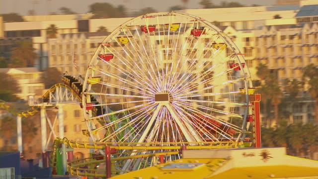 santa monica pier amusement park rides - 観覧車点の映像素材/bロール