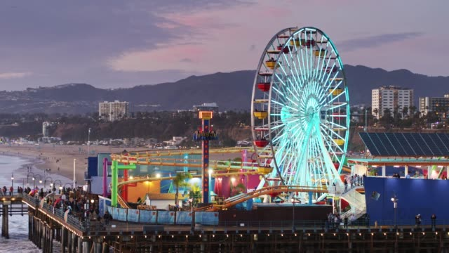 vídeos de stock e filmes b-roll de santa monica pier and pacific park lit up at twilight - aerial - santa monica