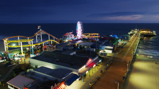 vídeos de stock e filmes b-roll de santa monica pier at night during covid-19 lockdown - drone shot - santa monica