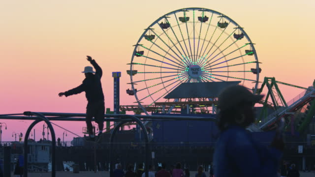 santa monica pier at sunset - 前ボケ点の映像素材/bロール