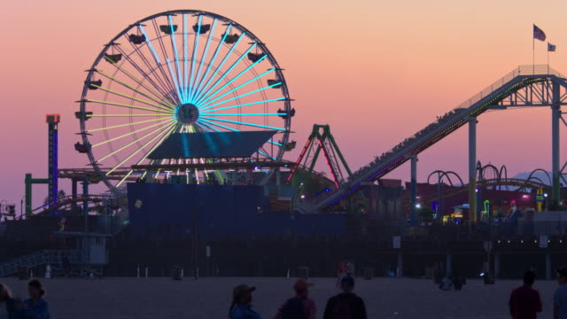 vídeos de stock e filmes b-roll de santa monica pier at sunset - roda gigante