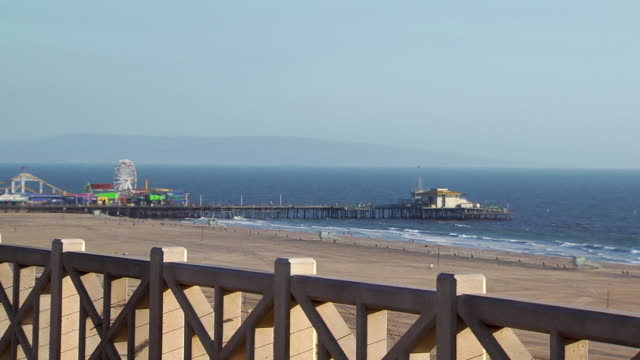 ws ha santa monica pier with adjacent amusement park / santa monica, california, usa - サンタモニカ点の映像素材/bロール