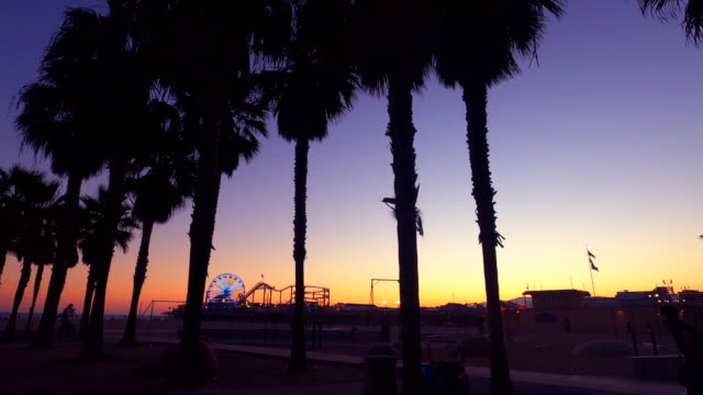 stockvideo's en b-roll-footage met zonsondergang van santa monica - back lit