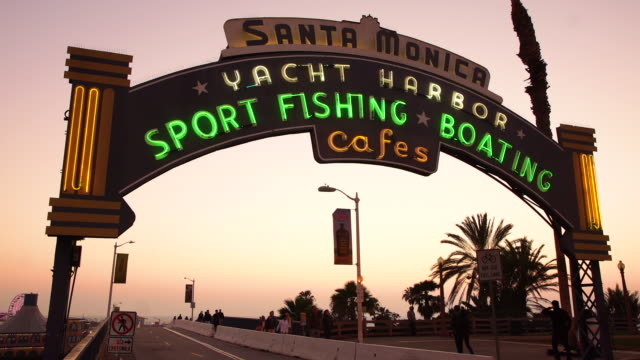 vídeos de stock e filmes b-roll de santa monica yacht harbor sign - santa monica