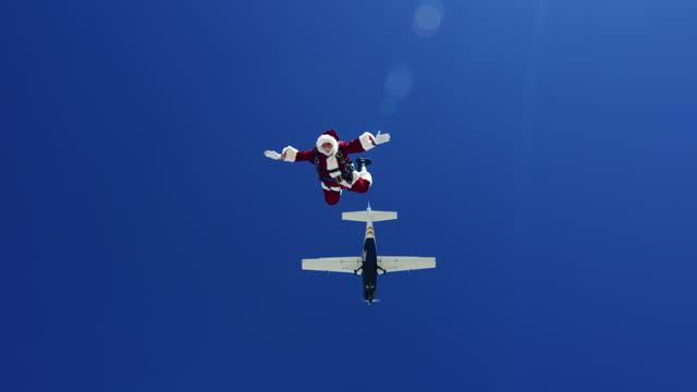 vidéos et rushes de santa skydiving - jeune d'esprit