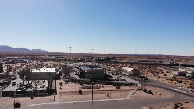 サンタテレサニューメキシコ国境交差点昼間遅い左から右パンニングクリップ - 村点の映像素材/bロール