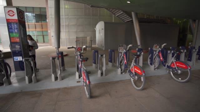 santander cycle docking station at canary wharf, docklands, london, england, united kingdom, europe - convenience stock videos & royalty-free footage