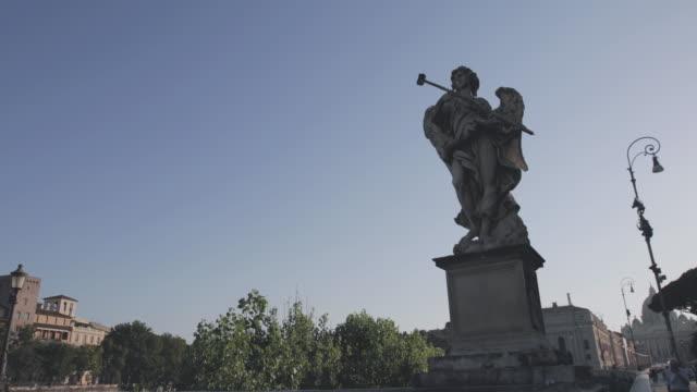sant'angelo-bron med änglar statyer i rom, italien - ängel bildbanksvideor och videomaterial från bakom kulisserna